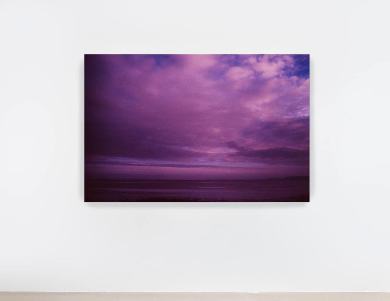 Eine träumerische Wasser- und Wolkenlandschaft in verschiedenen Variationen von Violett