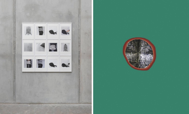 Links eine graue Wand, an der 12 Schwarz-Weiß-Fotografien hängen, die Ausschnitte von weiblichen Körpern zeigen, rechts ein kleines Loch, umrandet von grüner Farbe, in das man hineingucken kann und Formen und Licht sieht