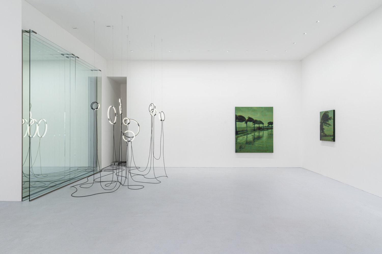 Blick in die Galerie max goelitz mit Werken von Brigitte Kowanz und Troika