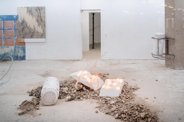 Blick von außen auf die Installation von Rebekka Benzenberg, bestehend aus zwei Wachsblöcken.
