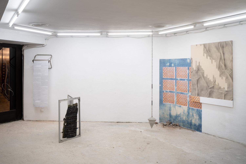 Blick in die Ausstellung mit Malerei von Sabrina Podemski, einer Skulptur von Rebekka Benzenberg und der gemeinsam erarbeiteten Rede.