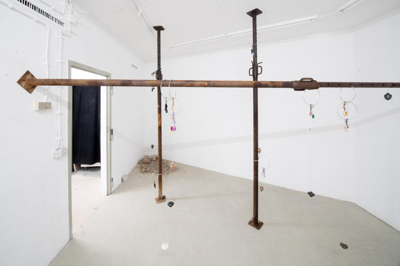 Aus Stahlträgern und Schlüsselanhängern bestehende Installation.