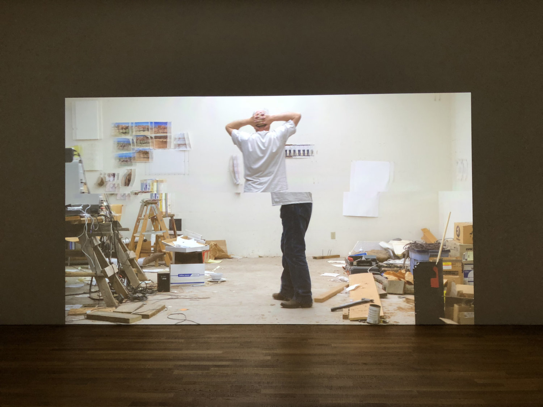 Bruce Naumann auf Leinwand in seinem Studio.