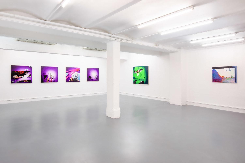Sechs Gemälde in der Galerie Falko Alexander.