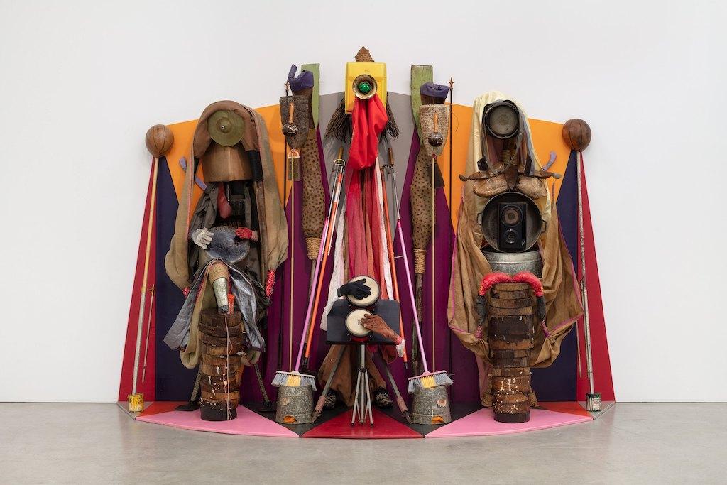 Installation von Daniel Lind-Ramos mit unterschiedlichen Tanzutensilien aus Puerto Rico