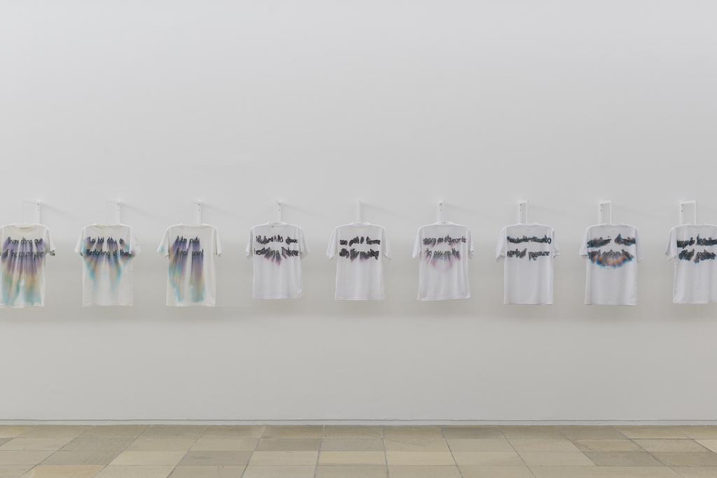 T-Shirts des Künstlers Santiago Reyes mit von Schweiß verschmierter Aufschrift nach seiner Performance Dancing Southward