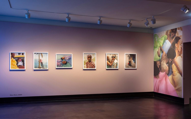 """Rosafarbene Ausstellungswand mit Modefotografien von Nadine Ijewere in der Ausstellung """"Beautiful Disruption"""" im C/O Berlin"""