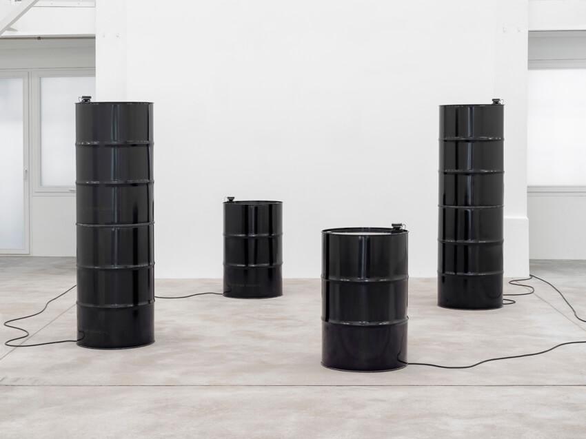 """Das Bild zeigt eine Ausstellungsansicht der Ausstellung """"Slow Fresh Fount"""" der Künstlerin Suzan Philips in der Galerie Konrad Fischer in Berlin."""