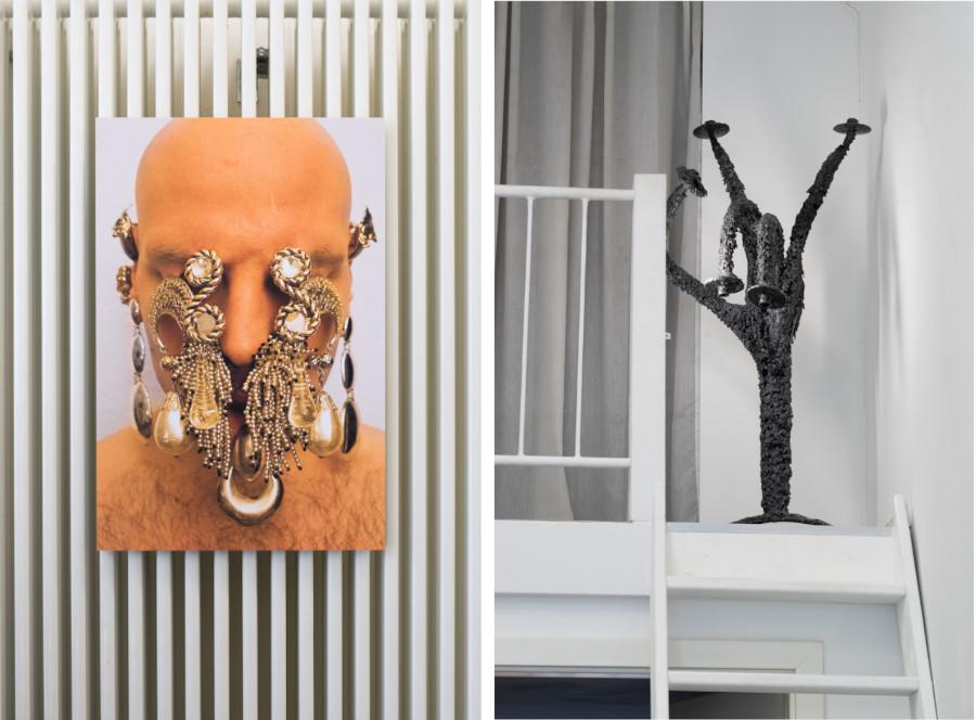 Das linke Foto zeigt den Künstler, der sich massenhaft Schmuck seiner Mutter und Großmutter ins Gesicht gehängt hat und kaum noch zu erkennen ist. Das linke Bild zeigt einen Kerzenständer, der über und über mit Wachs bedeckt ist und den der Künstler zu einer Metal-Geste geformt hat.