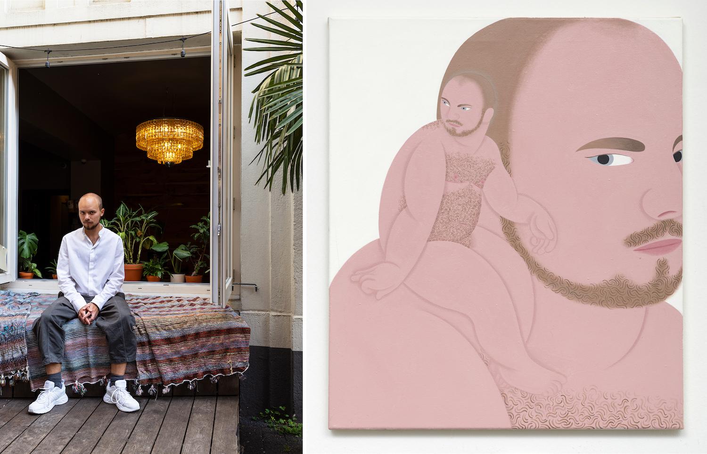 Links: Der Maler Alexander Basil sitzt vor einem geöffneten Fenster. Rechts: Malerei zeigt den Oberkörper eines nackten Mannes, dem ein nackter Mann auf der Schulter sitzt.