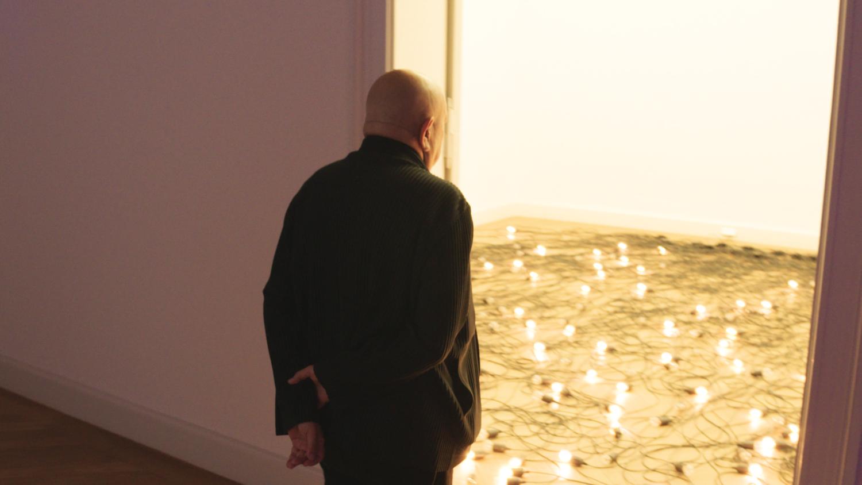 Christian Boltanski schaut in einen Raum