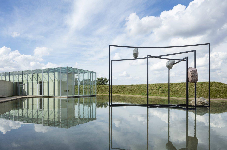 Blick von außen auf die Langen Foundation und eine Installation von Alicja Kwade.