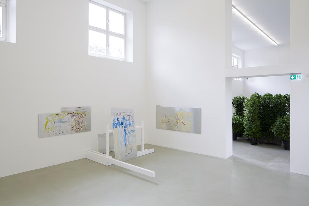 Installationsansicht: Maximiliane Baumgartner: Auf Fassaden schauen oder Die vierte Wand der dritten Pädagogin im Kunstverein München.