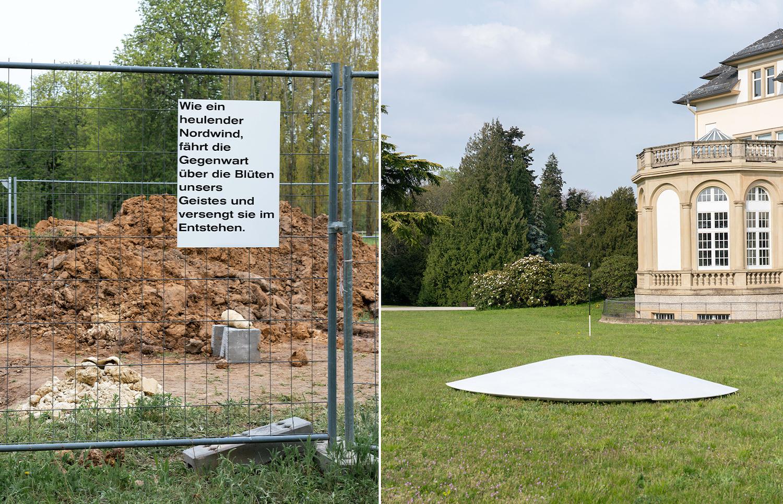 Links: ein Plakat mit Text hängt an einem Bauzaun. Rechts: Eine weiße Fläche installiert auf grüner Wiese vor einem historischen Gebäude.