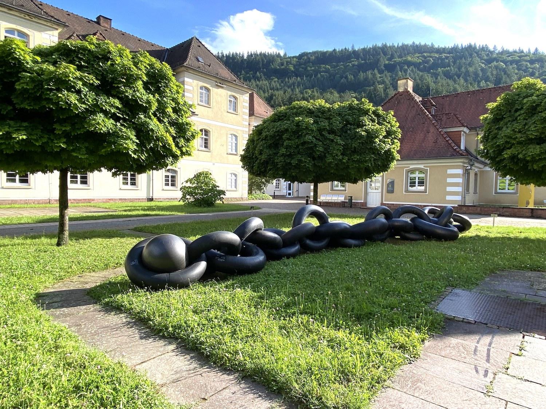 Eine Skulptur aus großen Gummiringen, die eine Kette bilden, im Skulpturenpark Heidelberg.