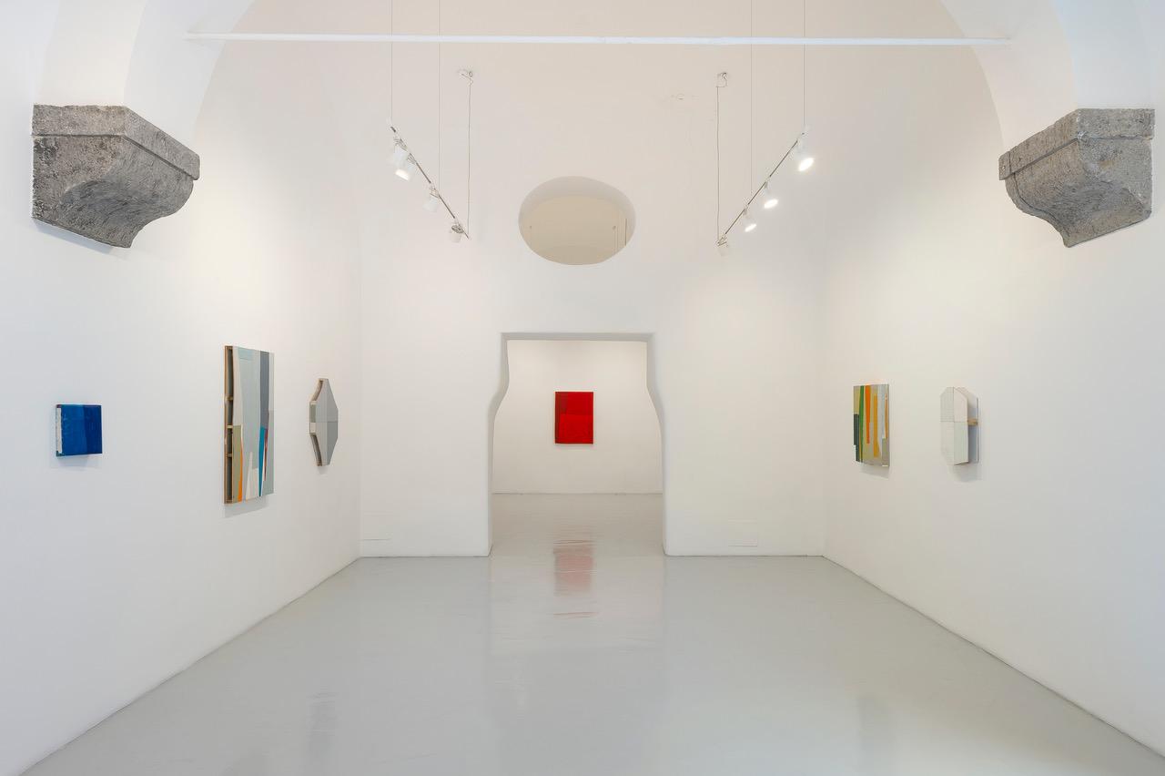 """Ausstellungsansicht der Schau """"The Days"""" von Steve Riedell bei Studio Trisorio in Neapel."""
