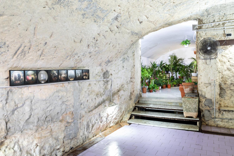 """Ausstellungsansicht der Installation """"Urfaust"""" bei Tarsia in Neapel."""