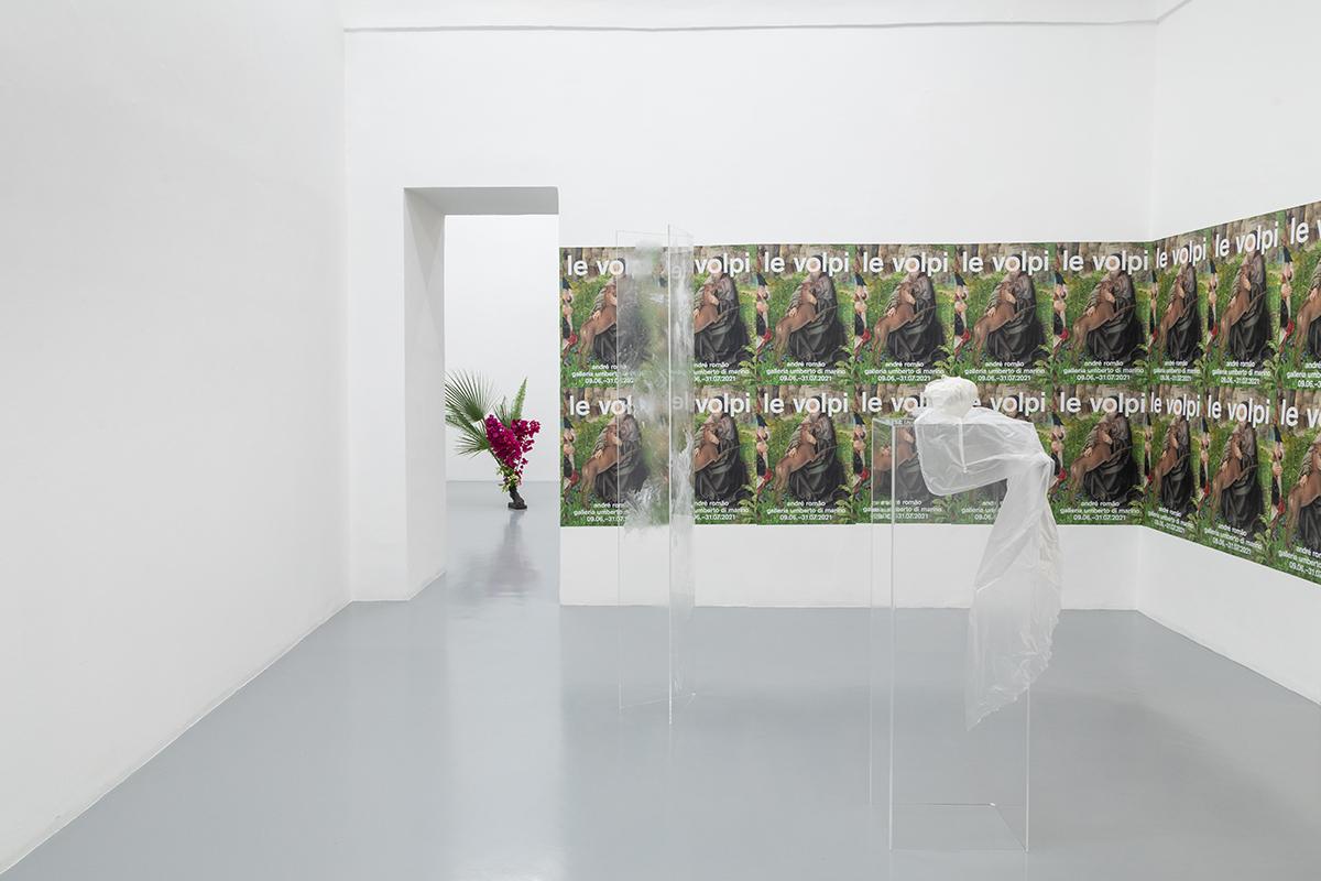 """Ausstellungsansicht der Ausstellung """"Le Volpi"""" von André Romão in der Galleria Umberto Di Marino in Neapel."""