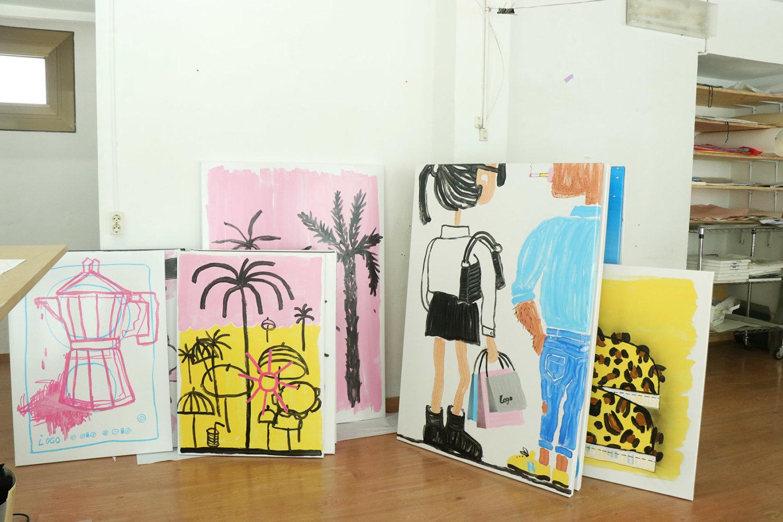 Mehrere an die Wand gelehnte Malereien im Atelier von Katharina Arndt.
