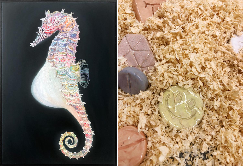 Links ein gemaltes buntes Seepferdchen auf schwarzem Grund. Rechts: mehrere übergroße Ecstasy-Tabletten aus Keramik in Sägespähnen.