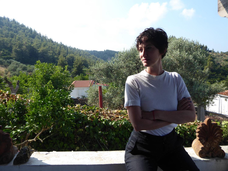 Eine Frau, die auf einem Balkon sitzt