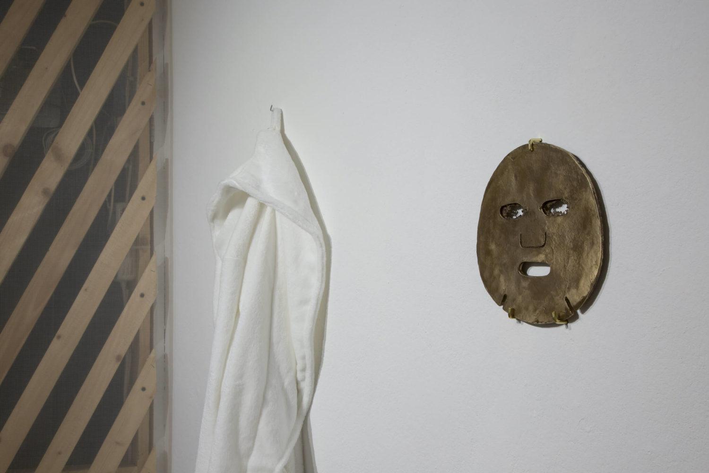 """Das Bild zeigt eine Installationsansicht mit einer Arbeit der Künstlerin Yunsun Kim aus der Ausstellung """"Asynchronity of Now"""" im Berliner Institut für Alles Mögliche."""
