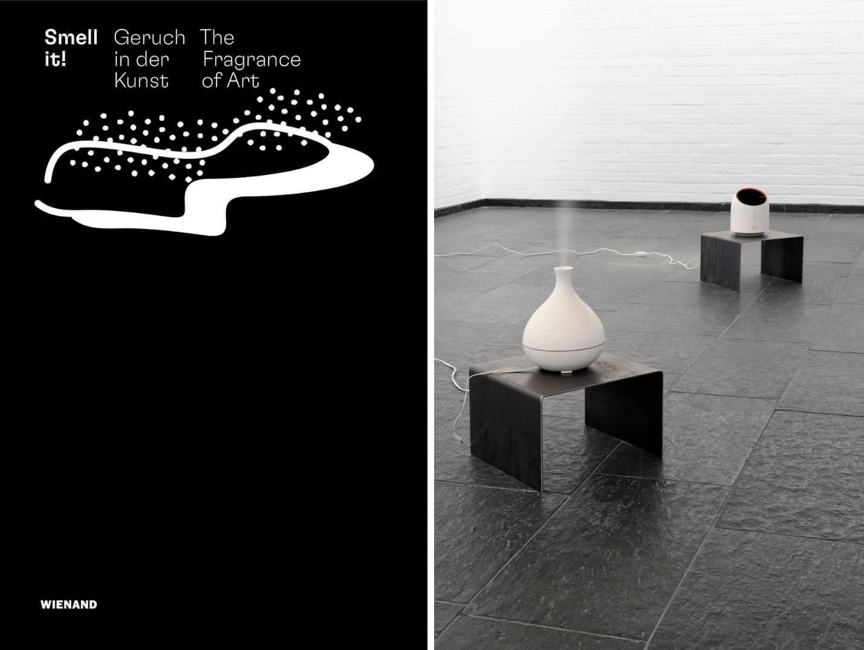 """links: schwarzes Buchcover des Katalogs """"Smell it!"""" vom Wienand Verlag, rechts: Eine Raumduft-Installation in einem weißen Ausstellungsraum"""