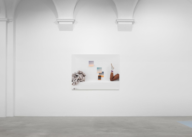Fotografie von Jimmy Robert an einer weißen Wand.