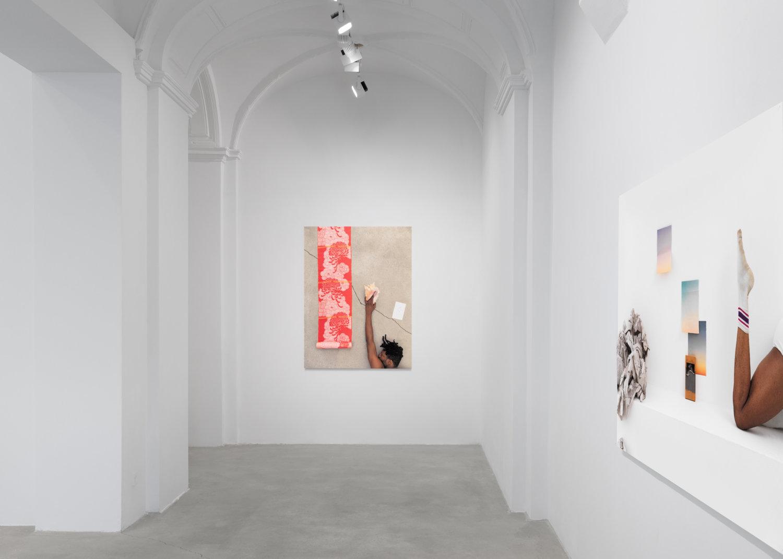 Zwei farbige Fotografien an den Wänden von Tanya Leighton.