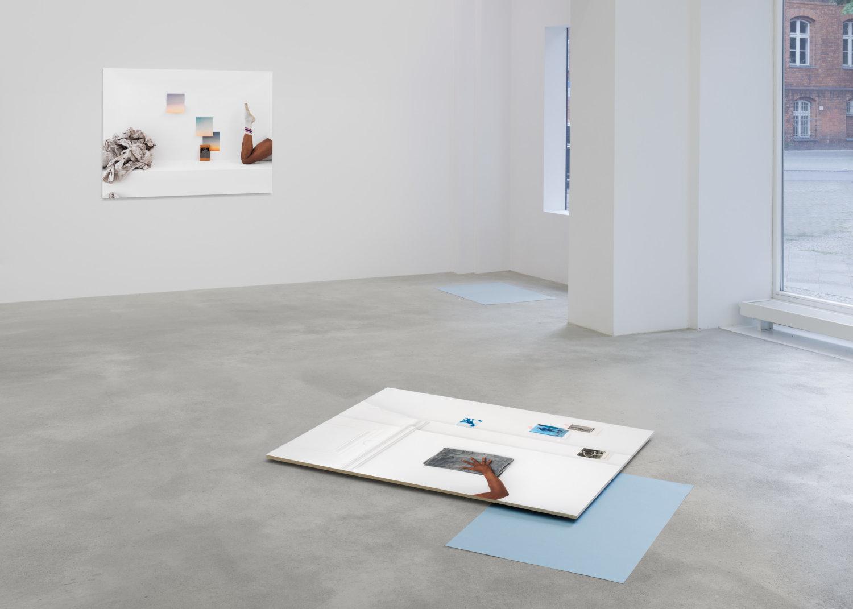 Zwei Fotografien in der Galerie Tanya Leighton