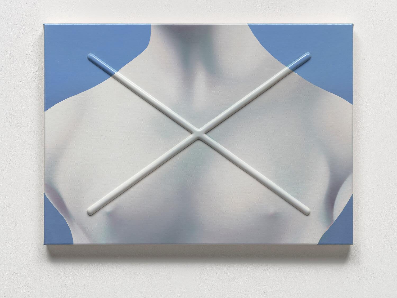 Malerei der oberen Hälfte eines Torsos auf blauem Grund. Über dem Bild als Relief abgesetzt ein großes X.