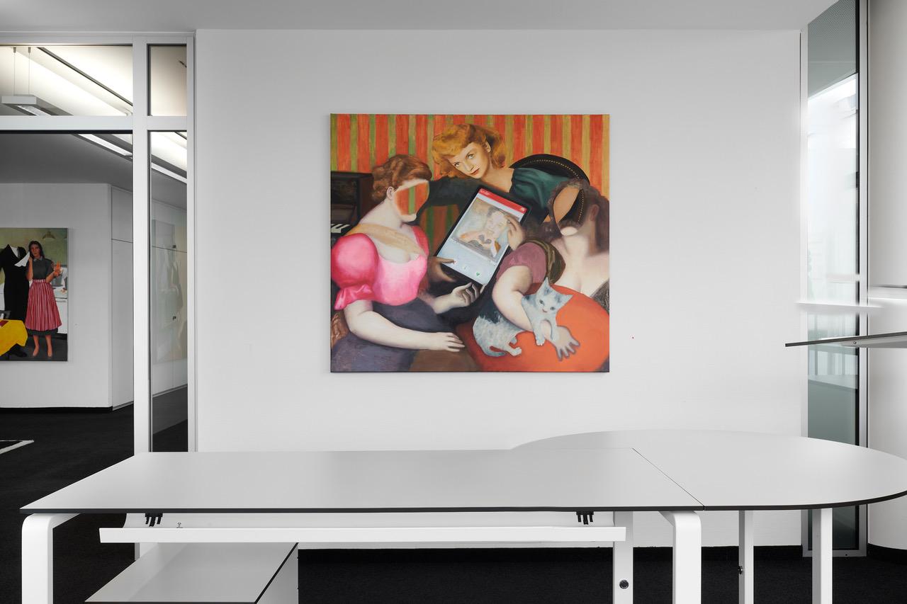 Blick auf ein Bild von drei Frauen, teilweise mit Gesicht und teilweise gesichtslos, die ein Tinder-Profil betrachten.