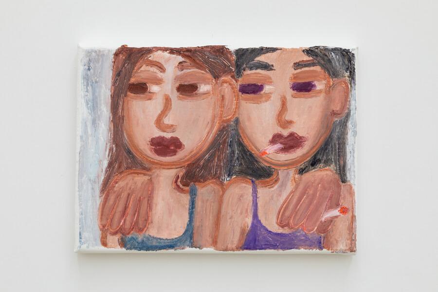 Ein kleinformatiges Gemälde zeigt zwei junge Frauen, die sich umarmen und beide rauchen.