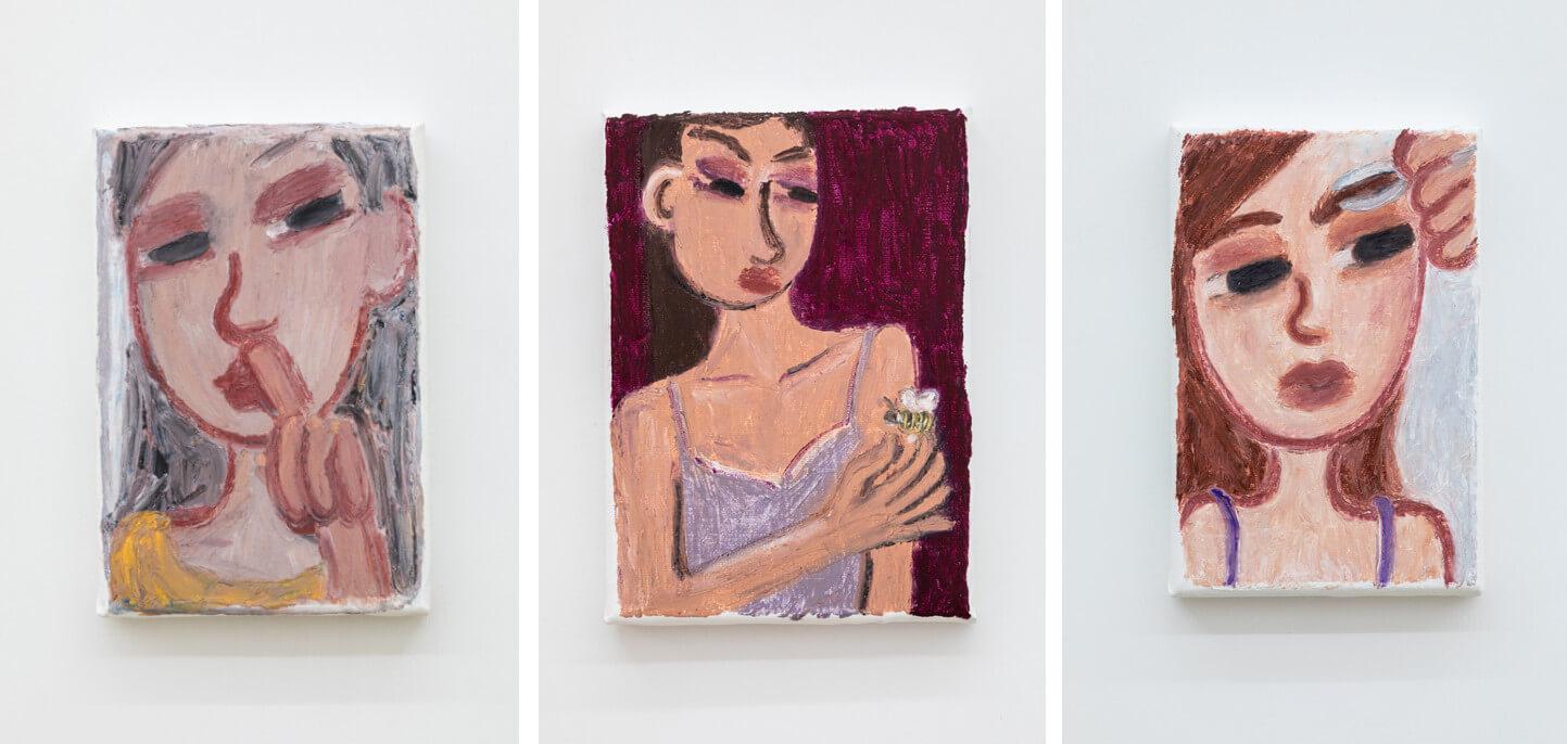 Drei kleinformatige Gemälde zeigen Nahaufnahmen von Frauen. Eine popelt, eine hält eine Biene in der Hand, eine zupft sich die Augenbrauen.