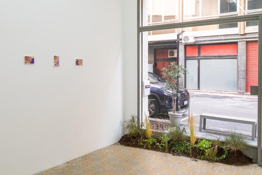 """Ausstellungsansicht der Show """"FAME IS A BEE"""" von Tatiana Defraine in der Acappella Galerie in Neapel."""