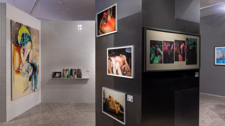 Malereien und Fotografien nackter, ineinander verschlungener Körper im Schwulen Museum Berlin.