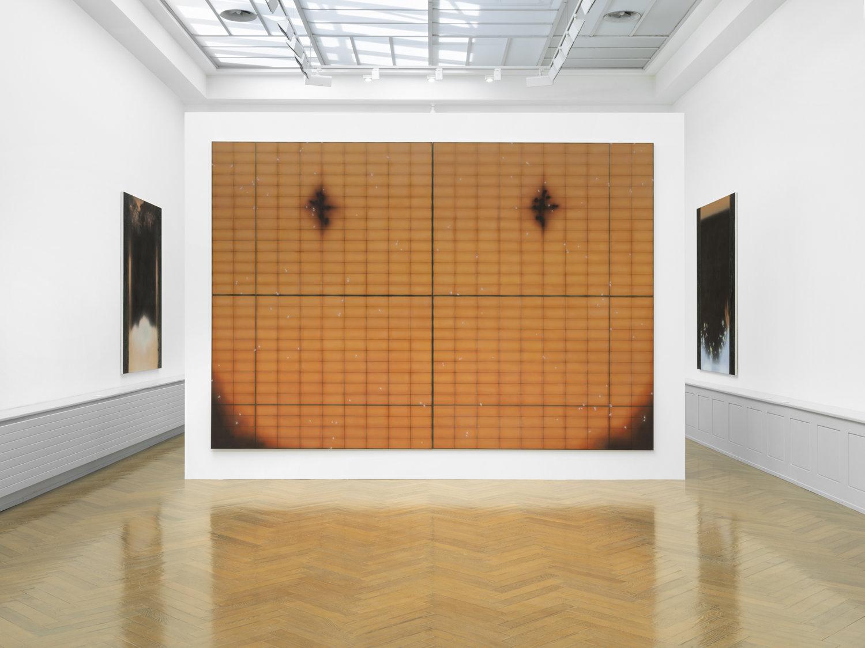 Eine große orangefarbene Leinwand in einem Museum