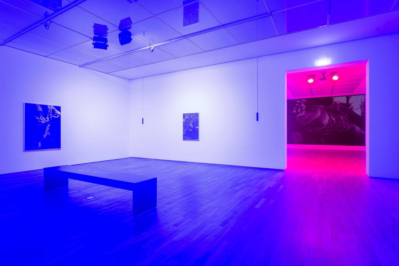Das Bild zeigt die Installation Lamin Fofanas in der Ausstellung des Preis der Nationalgalerie 2021 im Hamburger Bahnhof – Museum für Gegenwartskunst in Berlin.