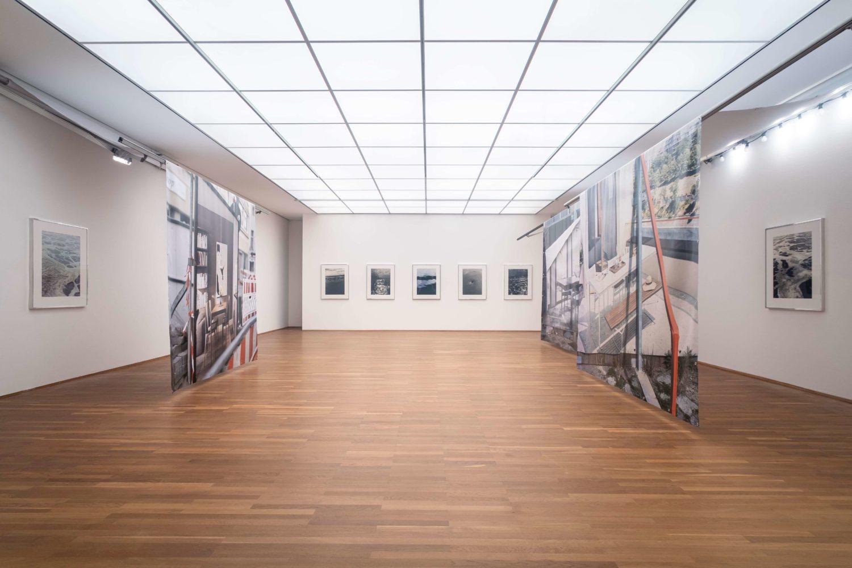 Das Bild zeigt die Installation Calla Henkels und Max Pitegoff in der Ausstellung des Preis der Nationalgalerie 2021 im Hamburger Bahnhof – Museum für Gegenwartskunst in Berlin.