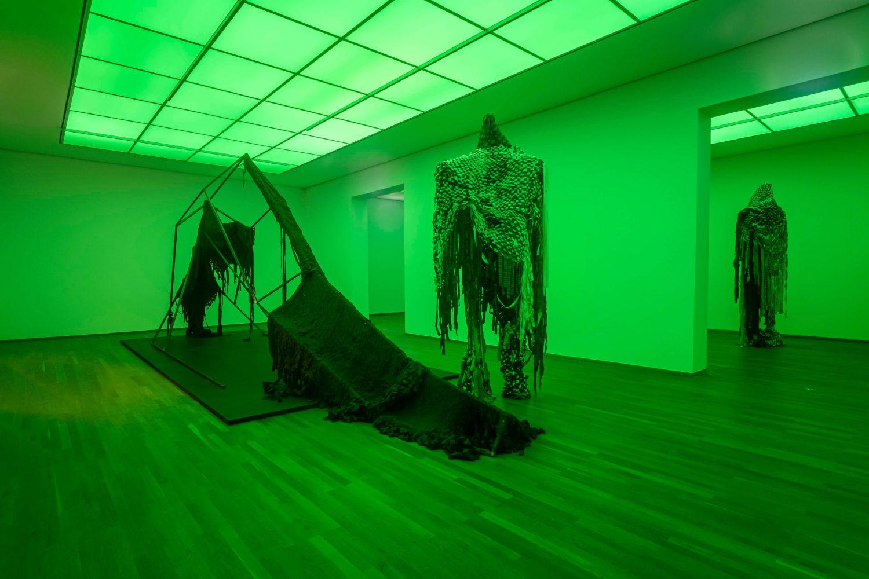 Das Bild zeigt die Installation Sandra Mujingas in der Ausstellung des Preis der Nationalgalerie 2021 im Hamburger Bahnhof – Museum für Gegenwartskunst in Berlin.