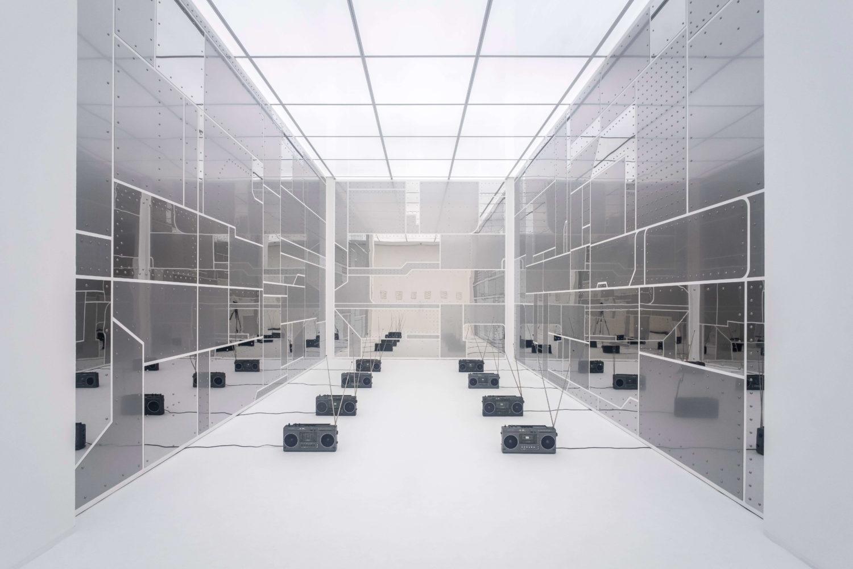 Das Bild zeigt die Installation Sung Tieus in der Ausstellung des Preis der Nationalgalerie 2021 im Hamburger Bahnhof – Museum für Gegenwartskunst in Berlin.