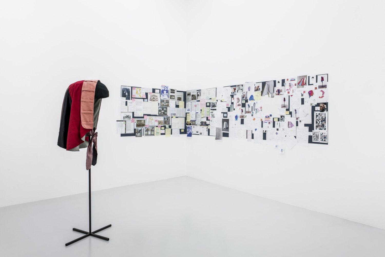 """Das Bild zeigt eine Ausstellungsansicht der Ausstellung """"Schwestern"""" der Künstlerin Morgaine Schäfer in der Galerie fiebach, minnender in Köln."""