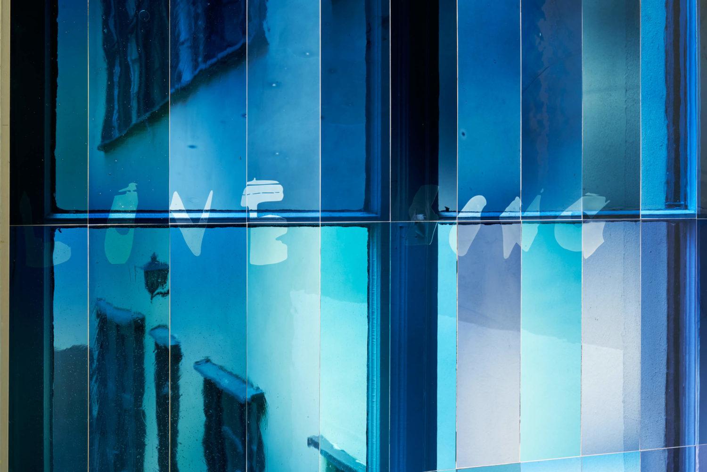 """Das Bild zeigt ein Detail der Arbeit  """"Lovesong (with Tapiwa)"""" der Künstlerin Wu Tsang in der Ausstellung """"Lovesong"""" ind der Galerie Isabella Bortolozzi, Berlin."""