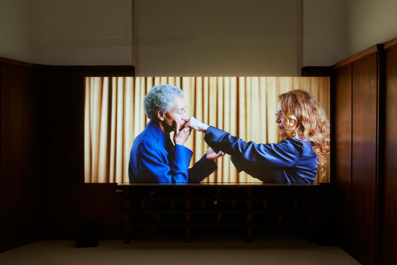 """Das Bild zeigt eine Installationsansicht der Ausstellung """"Lovesong"""" der Künstlerin Wu Tsang in der Galerie Isabella Bortolozzi, Berlin."""