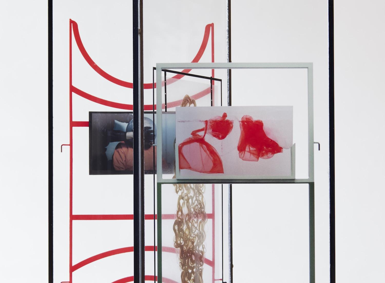 Skluptur aus Metallzeilen und anderen Material, vornehmlich in den Farben Rot und Schwarz.