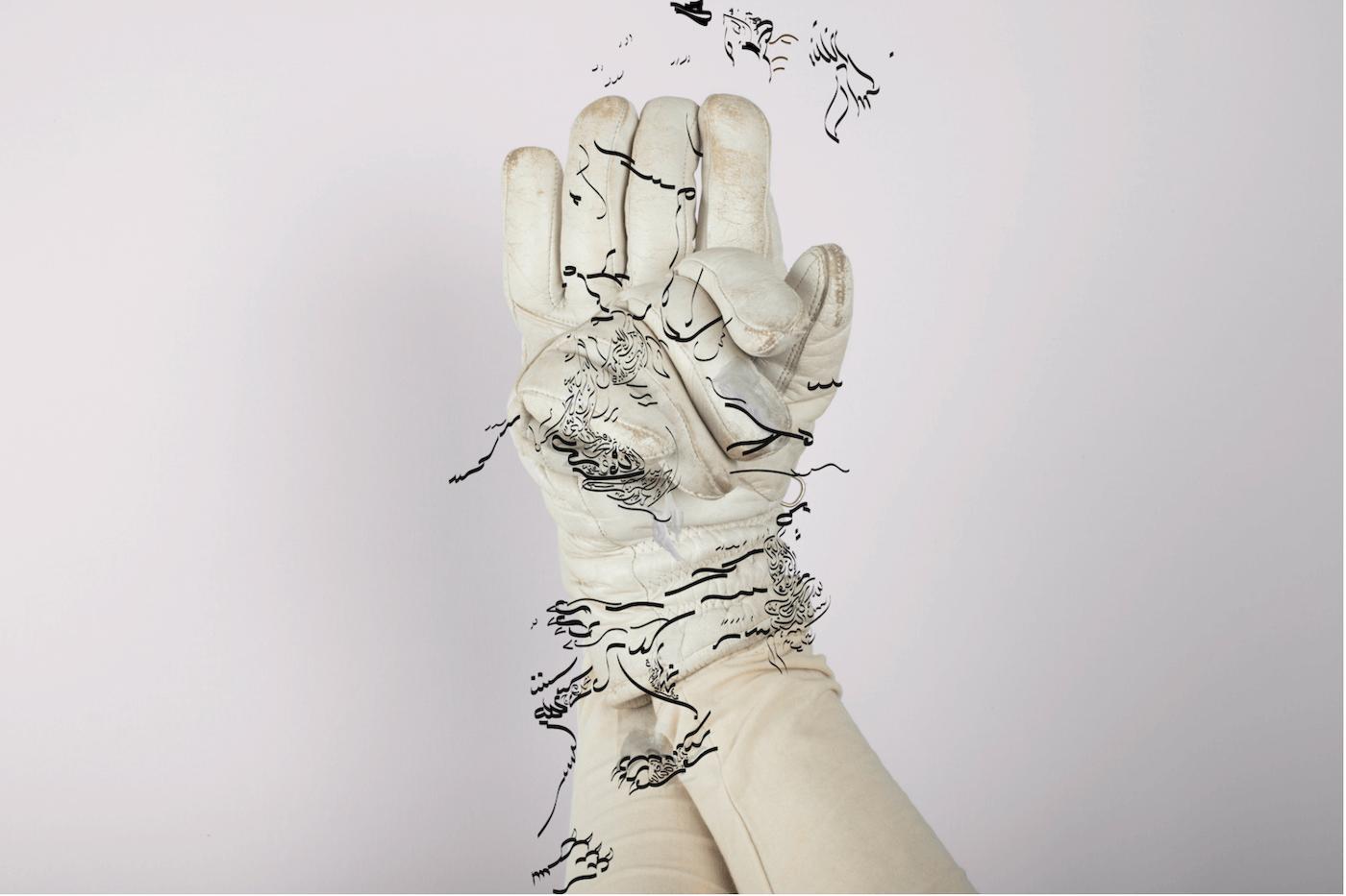 Zwei Hände in weißen Lederhandschuhen greifen ineinander. Darüber schwarze Linien, die an Raubtierkrallen und an arabische Schriftzeichen erinnern.