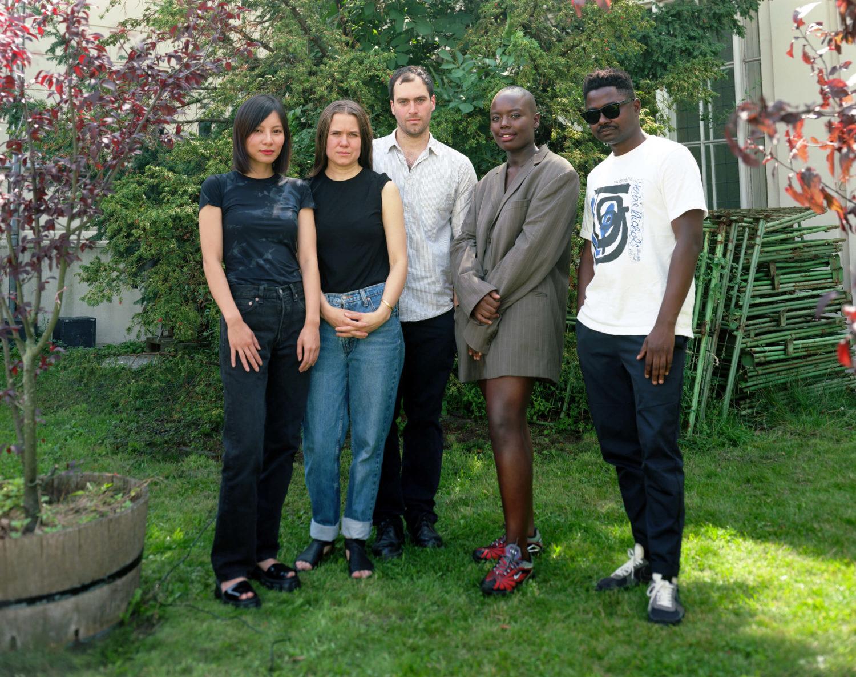 Das Bild zeigt die vier Kandidat*innen des Preis der Nationalgalerie 2021, Calla Henkel, Sung Tieu, Max Pitegoff, Sandra Mujinga und Kamin Fofana.
