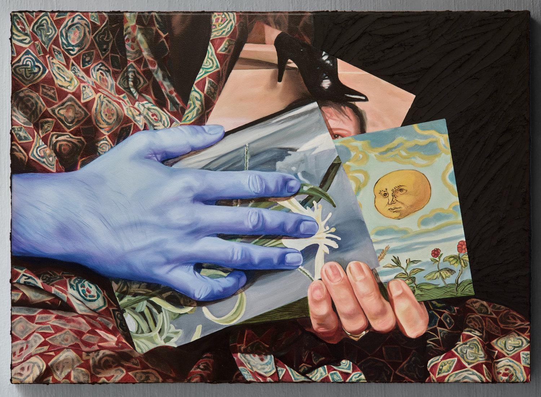Ein buntes Gemälde mit einer blauen Hand vor einer grauen Wand.