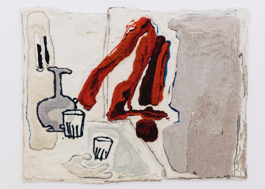 Eine getuftete Arbeit von Pia Ferm in Weiß- und Beigetönen mit etwas rot. Zu erkennen sind ein Augenpaar, eine Karaffe sowie zwei Gläser.