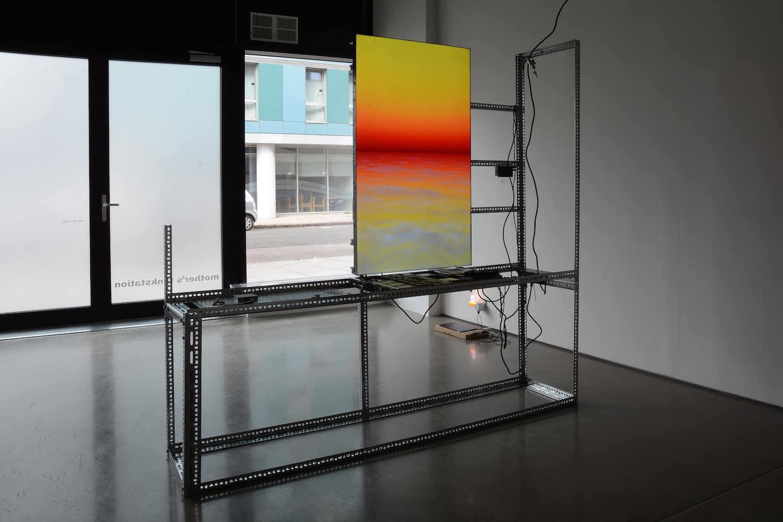 """Ein Teil der Arbeit """"sun~set pro~vision"""" von Yuri Pattinson steht in einem leeren Ladenlokal."""
